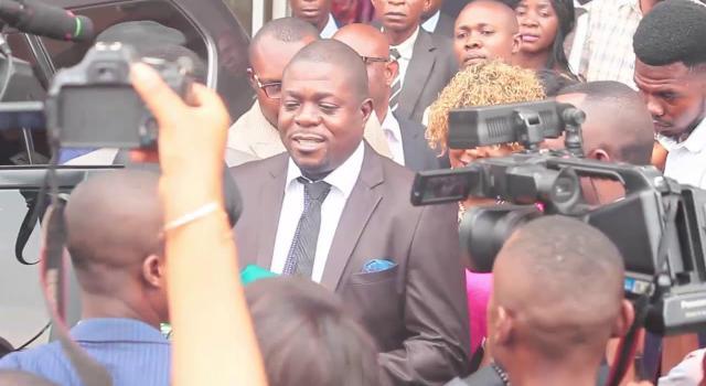 Charles-Mbutamuntu-Lwanga-devant-la-presse.jpeg